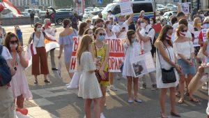 Protest in weiß vor dem Hauptbahnhof